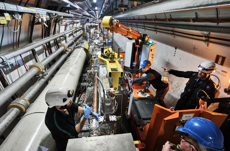 Resultado de imagen de El LHC comenzó sus colisiones entre partículas en 2010. Dentro de los 27 kilómetros del anillo del LHC